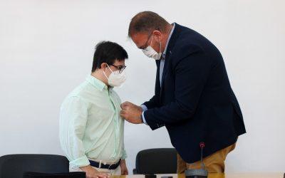El Alcalde entrega el escudo de oro de la ciudad a Jorge González Mata, primer extremeño Down en lograr el cinturón negro de Judo