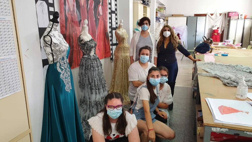 Susana Fajardo con las alumnas del taller de textil