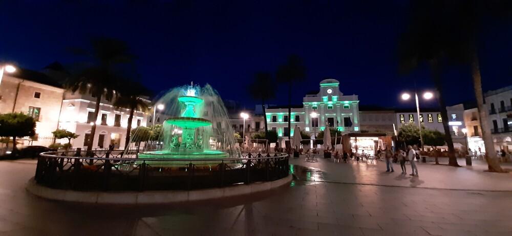 El Ayuntamiento, la fuente de la Plaza de España y varios monumentos se iluminan de verde por el Día Mundial de Toma de Conciencia del Abuso y Maltrato en la Vejez