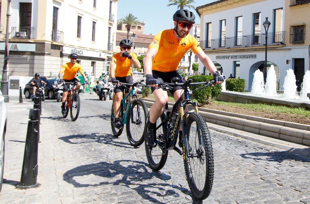 El ayuntamiento participa como patrocinador en el reto de la asociación 'Mi Princesa Rett' que les lleva desde Mérida hasta Finisterre en bicicleta