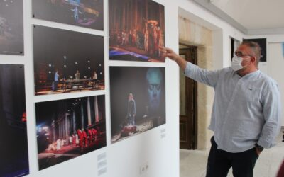 """Rodríguez Osuna visita la exposición """"Koilon"""" e invita a la ciudadanía emeritense a acercarse a disfrutar de """"recuerdos que forman parte del patrimonio de la ciudad de Mérida"""""""