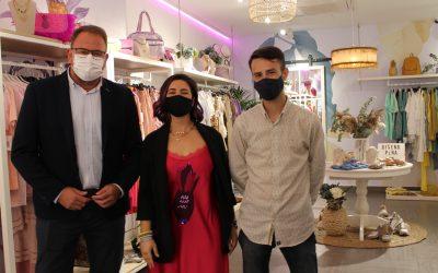 El Alcalde visita la nueva tienda de Piña Morada que vende ropa y complementos también a través de su web y las redes sociales