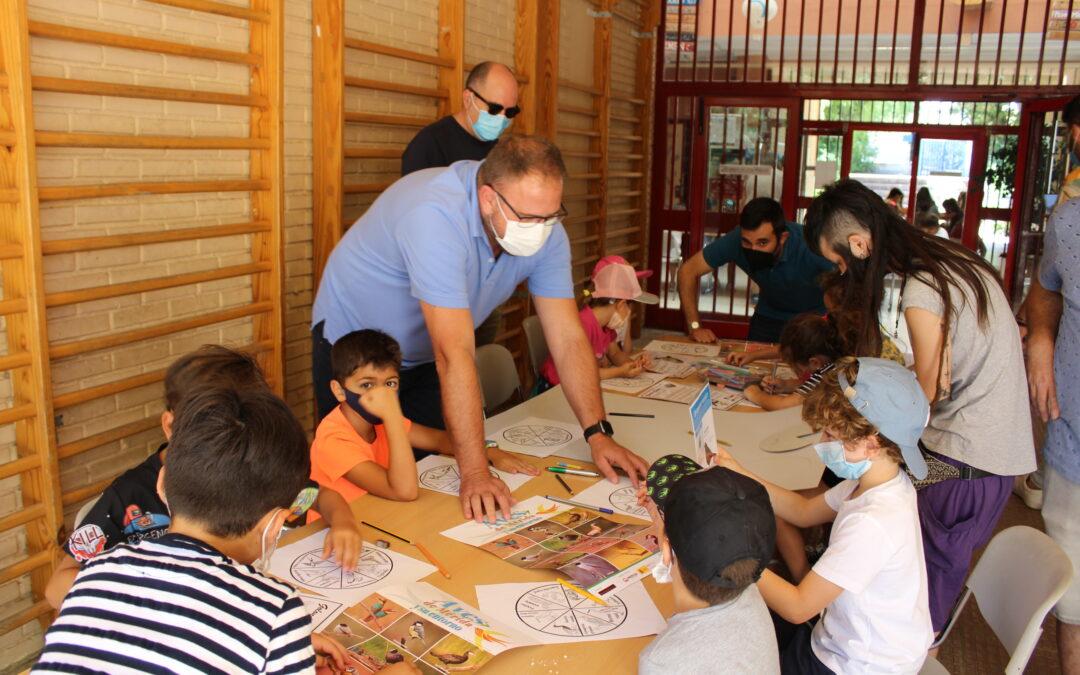 """El alcalde visita a los niños y niñas que participan en los campamentos de Robótica y Naturaleza """"Mérida en Verde"""""""