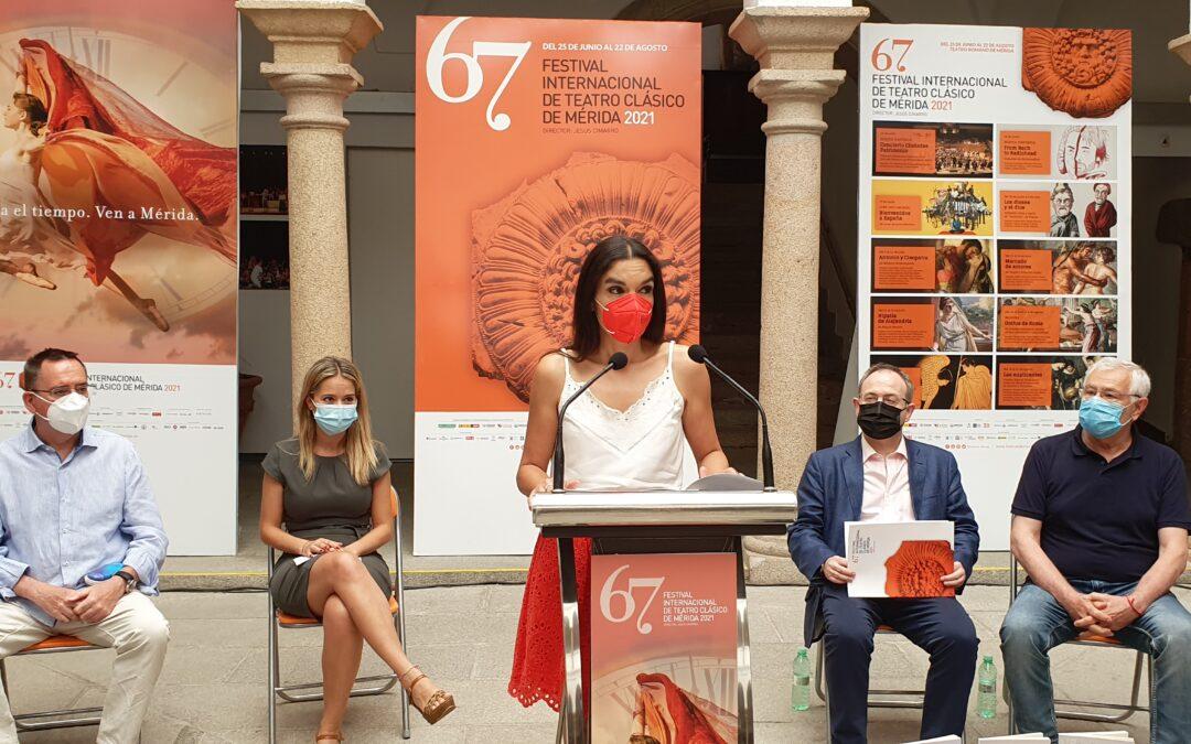"""La delegada de Turismo destaca el valor histórico de los textos de las obras del Festival recogidos en la colección """"Teatro de Mérida"""""""