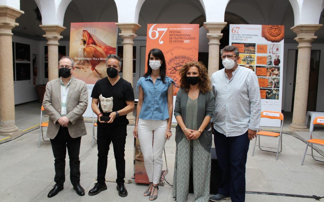 La delegada de Cultura destaca el talento y la innovación de la ciudad de Mérida en la presentación de la nueva escultura de Terracota