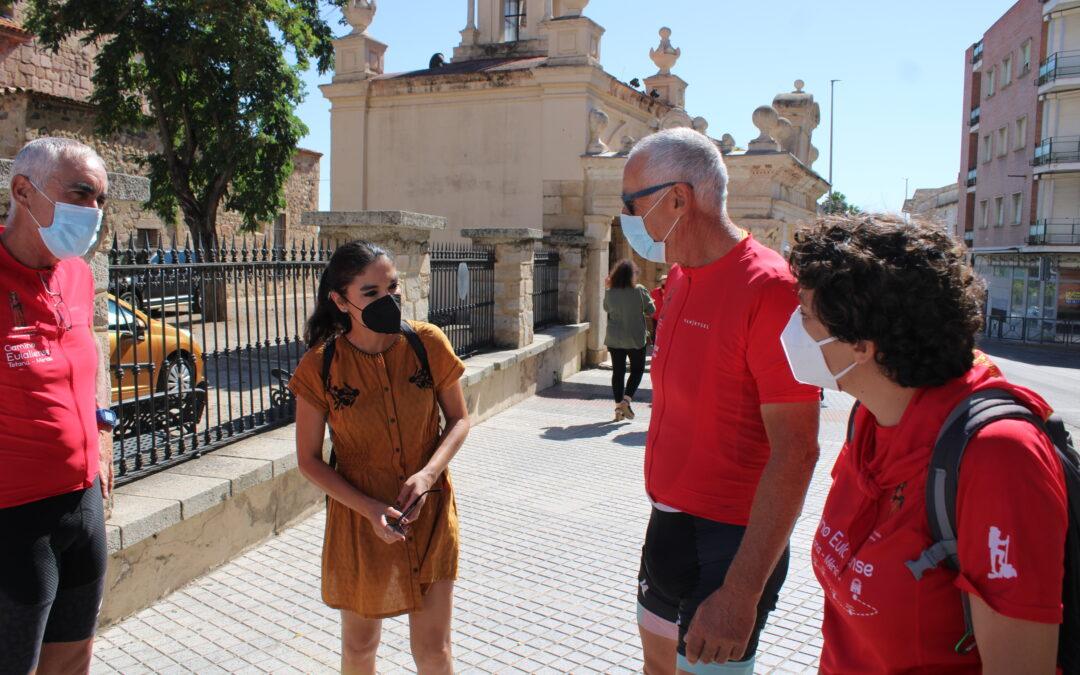 La delegada de Turismo recibe a dos peregrinos eulalienses que han recorrido 674 kilómetros para llegar a Mérida