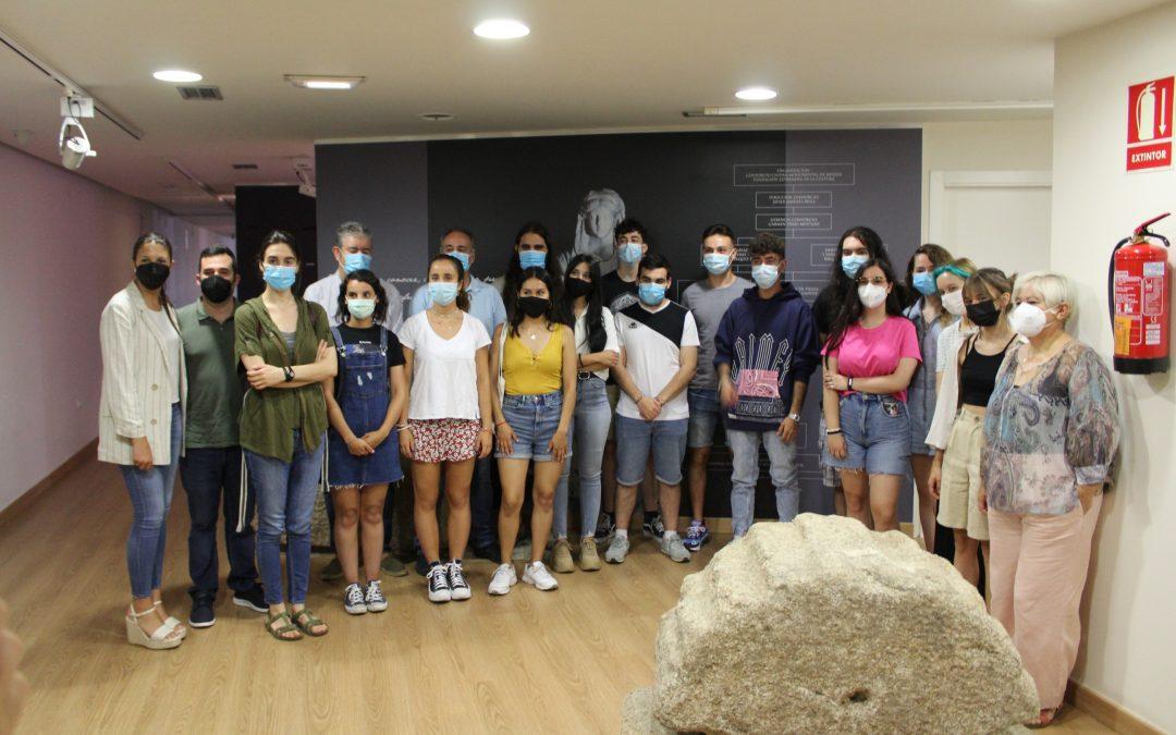 El delegado de Juventud da la bienvenida a los participantes del campo de voluntariado del yacimiento arqueológico de Mérida
