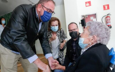 El Alcalde impone el Escudo de la Ciudad a Concepción Gómez en su 100 cumpleaños