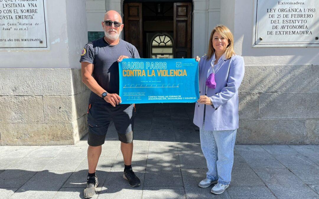La delegada de Igualdad de Género recibe a Jesús Domínguez en su llegada a Mérida con motivo de la realización del Camino de Santiago contra la Violencia de Género