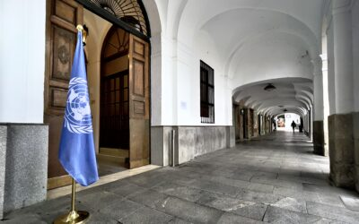 La bandera de las Naciones Unidas ondea en la puerta principal del Ayuntamiento
