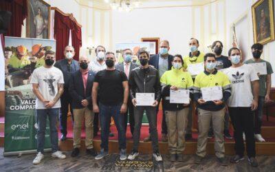 Los alcaldes de Mérida y Almendralejo hacen entrega de los diplomas del curso de montaje de paneles solares